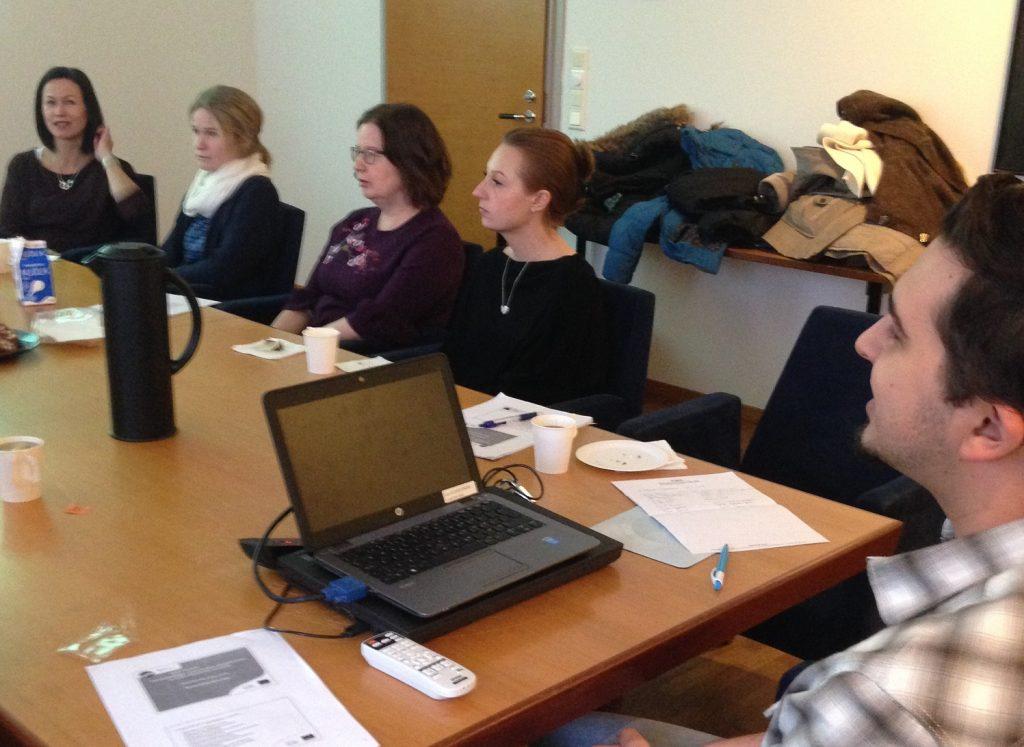 Vaasan lyseon lukion kieltenopettajat tutustumassa Vaasan yliopiston Kielikeskuksen toimintaan
