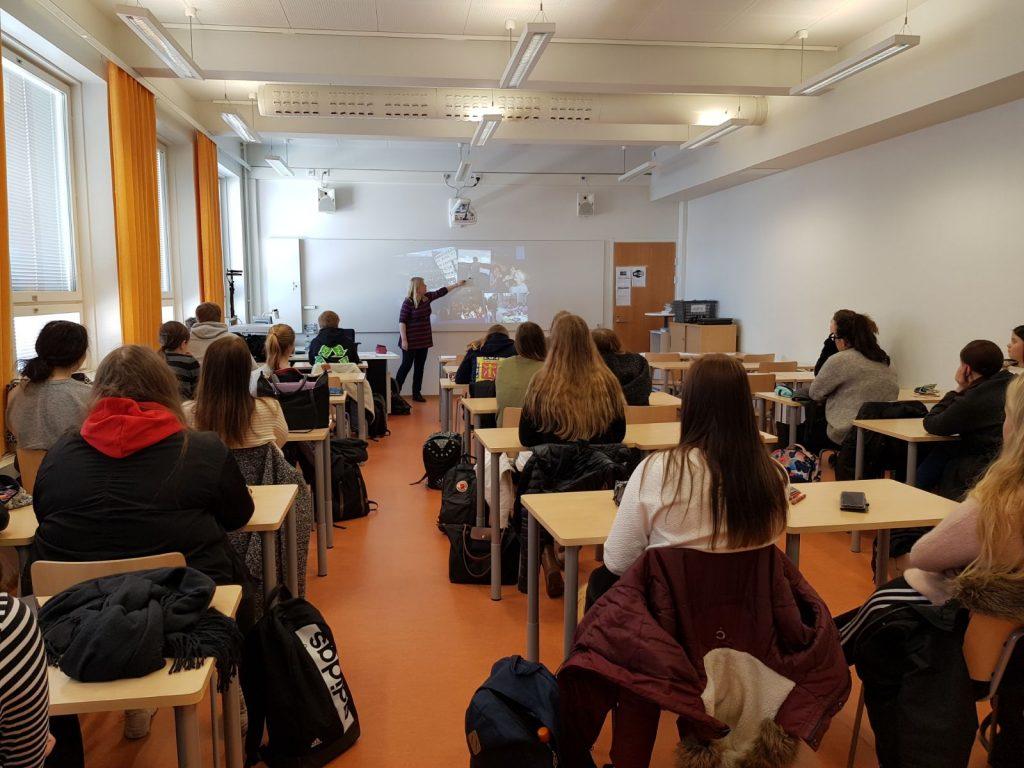 Vaasalaiset lukiolaiset tutustuivat vaihto-opiskelijaohjelmiin ruotsin tunnilla